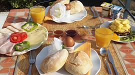 Gedekte ontbijttafel