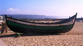 Vissersboot op strand Nazare