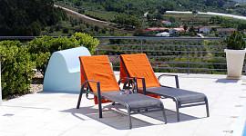 Terras met ligstoelen