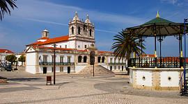 Nazare praia bovenstad met kerk